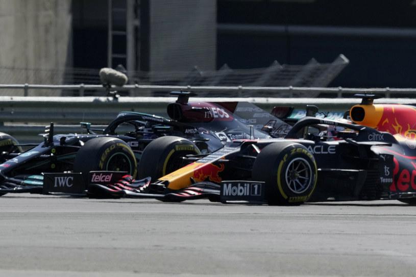 Max Verstappen (z prawej) w walce o pozycję z Lewisem Hamiltonem /AP /East News