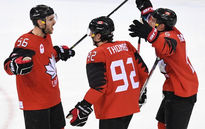 Maxim Noreau (z lewej) zapewnił wygraną Kanadzie /AFP