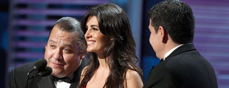 Mayrin Villanueva (C) i grupa muzyczna Pesado prezentują nagrodę Song of the Year podczas 9. rozdania Latin Grammy / Kevin Winter /Getty Images