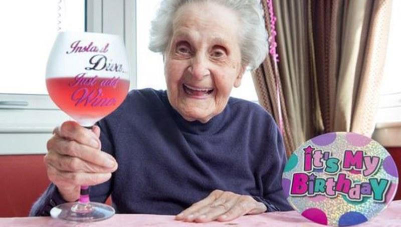 Maysie Strang uczciła urodziny lampką wina /Daily Mirror /Twitter