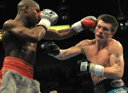 Mayweather bije Ricky'ego Hattona w trakcie skutecznej obrony pasa organizacji WBC. Las Vegas, grudz /AFP