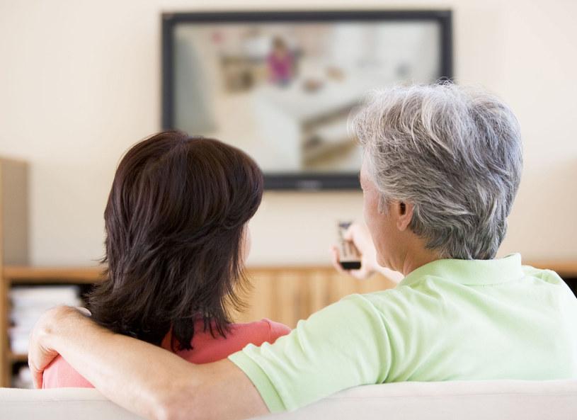 Mąż chciałby tylko ogladać telewizję /123RF/PICSEL