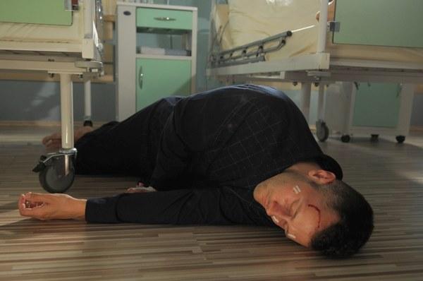Gdy James usłyszy głos Hany, spróbuje wstać, ale upadnie i straci przytomność...