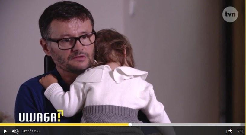 """Mąż Oliwii P. z córką Nelią w programie TVN """"Uwaga!"""" /UWAGA! TVN /materiał zewnętrzny"""