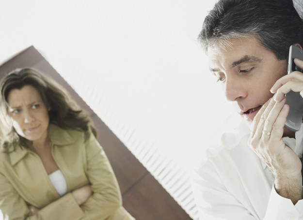 Mąż rozmawiał przez telefon, chichotał... /© Photogenica