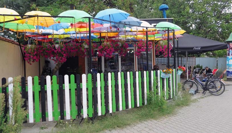 Mazaya Falafel przy Rondzie Grzegórzeckim poznasz po kolorowych parasolkach /Styl.pl