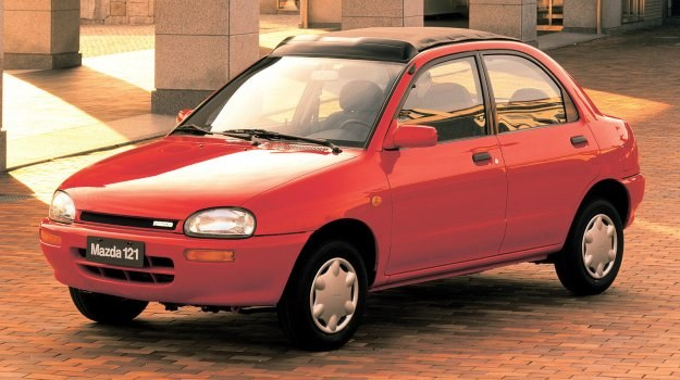 Mazda 121 mierzy 380 cm długości przy 239-centymetrowym rozstawie osi. /Mazda
