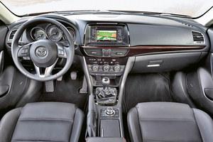 Mazda 6: zegary umieszczone w osobnych tubach. Dobra jakość materiałów i bardzo prosta obsługa. Brakuje wskaźnika temperatury cieczy chłodzącej i przycisku ryglowania drzwi. Małe kieszenie w drzwiach. /Motor