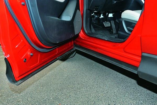 Drzwi zachodzące na próg to bardzo praktyczne rozwiązanie, które szybko doceni się jeżdżąc poza  asfaltem, lub przy złej pogodzie. Przy wsiadaniu i wysiadaniu nie ubrudzą się nogawki spodni.