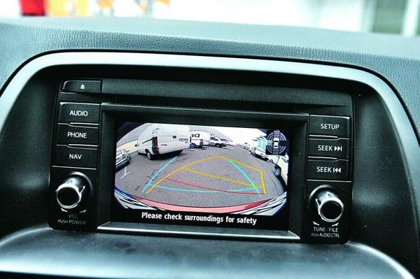 Kamera cofania i czujniki parkowania. Taki zestaw sprawdza się świetnie.