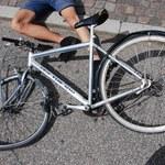 Mazowieckie: Zmasakrował rowerzyście twarz. Później przejechał po rowerze i uciekł