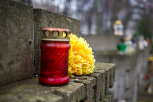 Mazowieckie: Zwłoki noworodka na cmentarzu w Płońsku. Wszczęto śledztwo