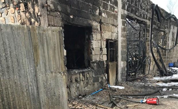 Mazowsze: 100 strażaków walczy z pożarem budynków inwentarskich