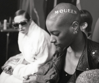 """""""McQueen"""" [recenzja]: Brzydal w świecie piękna"""