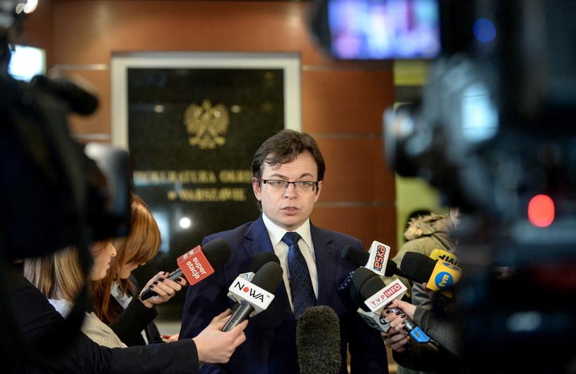 Mecenas Jarosław Kaczyński rozmawia z dziennikarzami w Prokuraturze Okręgowej /Marcin Obara /PAP