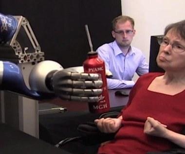 Mechaniczne ramię sterowane siłą umysłu