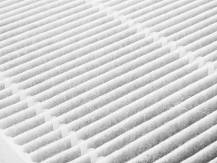 Mechaniczny oczyszczacz powietrza wyposażony jest m.in. w filtr HEPA i węglowy /123RF/PICSEL
