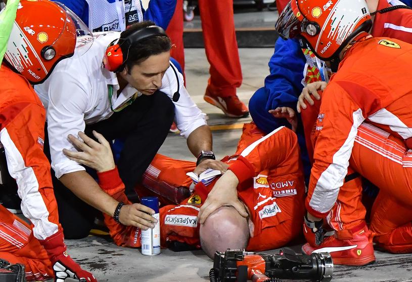 Mechanik ekipy Ferrari poważnie ucierpiał w wypadku podczas zmiany kół /AFP
