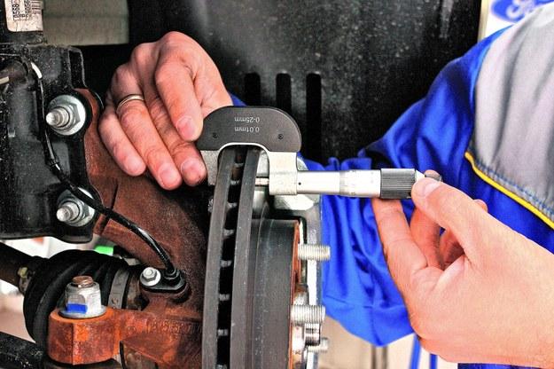 Mechanik szlifuje tarczę aż do całkowitego wyrównania jej powierzchni. Następnie mierzy grubość tarczy mikrometrem lub specjalną suwmiarką i sprawdza, czy nie jest mniejsza od katalogowego minimum. Jeśli nie jest, tarcza nadaje się do dalszej eksploatacji. /Motor