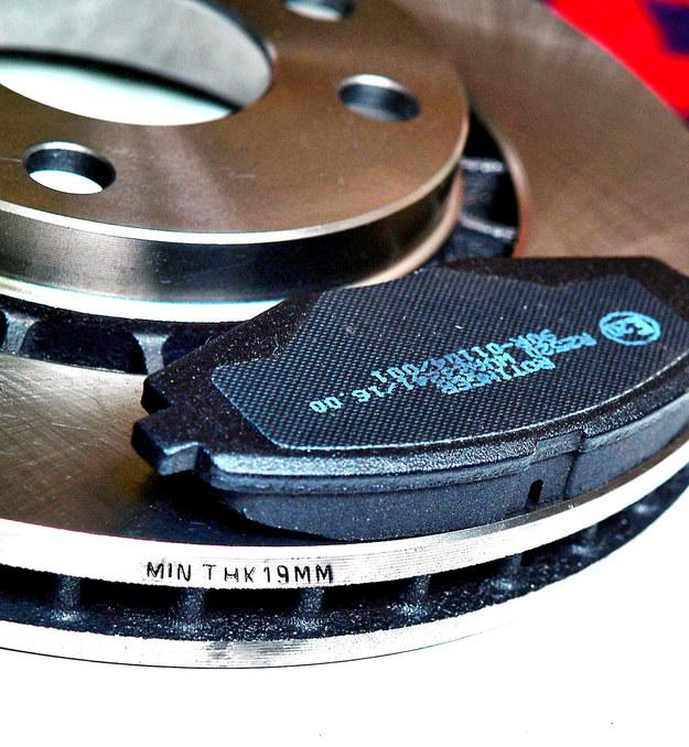 Mechanik z katalogu lub z tarczy odczytuje minimalną dopuszczalną grubość tarcz i sprawdza, czy zużyte tarcze w ogóle nadają się do regeneracji. /Motor