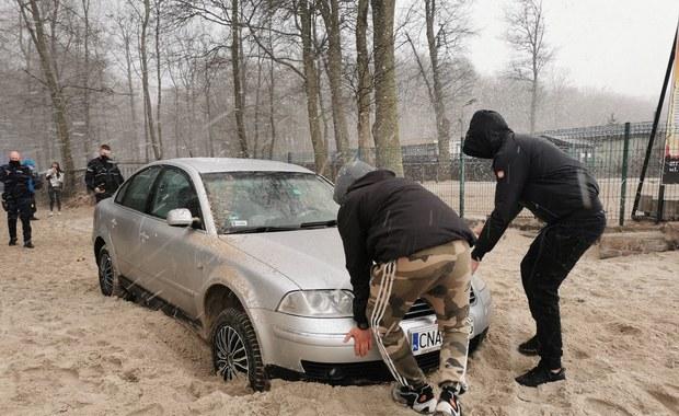 Mechanik zabrał auto klientki. Zakopał się nim na plaży