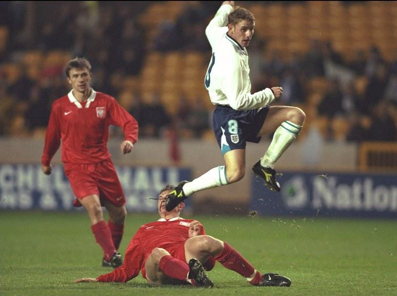 Mecz Anglia - Polska reprezentacji do lat 21 (młodzieżówek) w 1996 roku: Nicky Butt przeskakuje nad Leszkiem Zawadzkim, obok Krzysztof Nowak /Craig Prentis / ALLSPORT /Getty Images