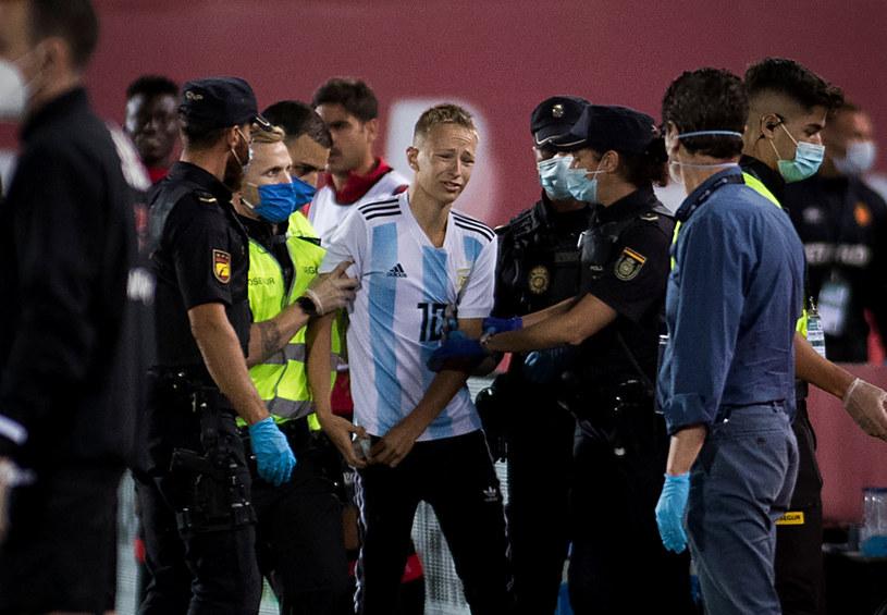 Mecz Barcelony został przerwany przez kibica, który wbiegł na boisko /Jaime Reina /AFP