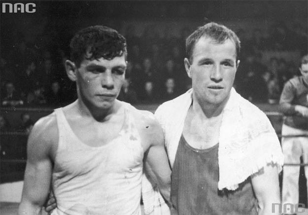 Mecz bokserski Polska - Szwajcaria w Warszawie w 1938 roku. Antoni Czortek (z lewej) wraz z pokonanym przez siebie Karlem Zurfluehem (z prawej) /Z archiwum Narodowego Archiwum Cyfrowego