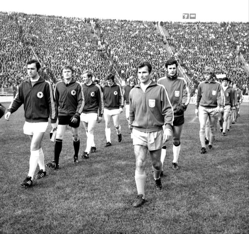 Mecz piłkarski Polska - RFN w 1971 roku. Kapitanowie Franz Beckenbauer i Stanisław Oślizło wyprowadzają swoje drużyny /Jan Rozmarynowski /Agencja Forum