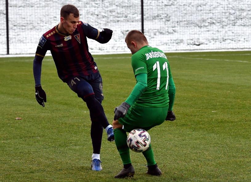 Mecz Pogoni Szczecin z Wartą Poznań. Paweł Stolarki kontra Michał Jakóbowski / Marcin Bielecki    /PAP