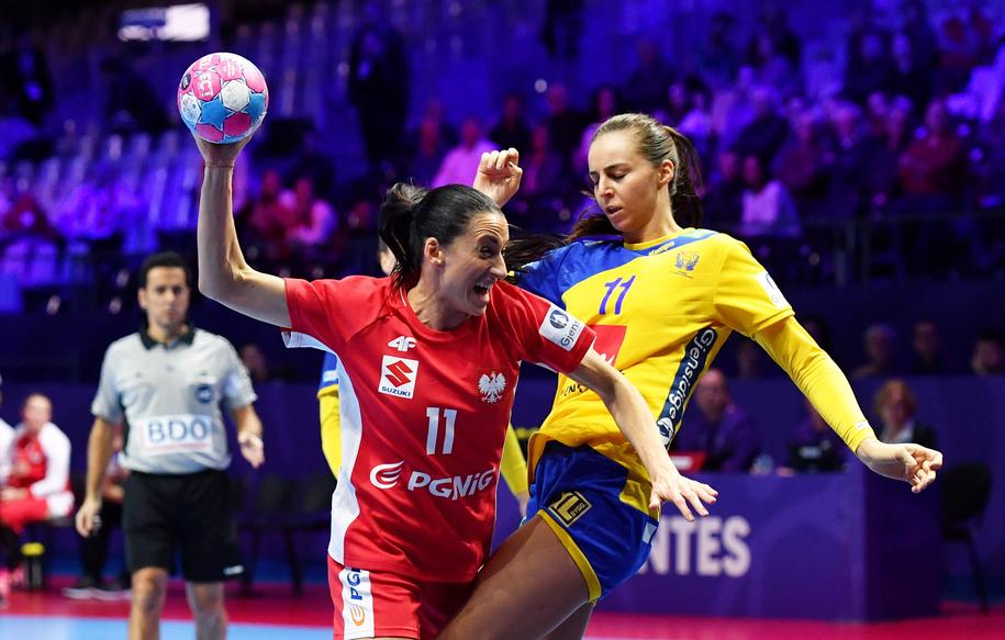 Mecz Polska - Szwecja w grupie A mistrzostw Europy piłkarek ręcznych. Na zdjęciu: Kinga Grzyb i Daniela Gustin / Marcin Bielecki    /PAP