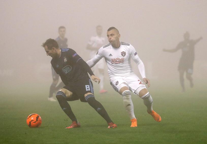 Mecz w Zagrzebiu rozgrywany był w bardzo gęstej mgle /PAP/EPA