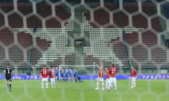 Mecz Wisły z Ruchem został przerwany ponieważ pseudokibice wystrzelili race, które spadły na murawę i na trybuny /Stanisław Rozpędzik /PAP