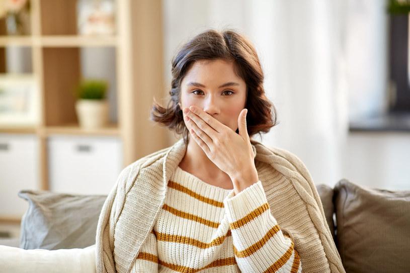 Męczący, duszący kaszel to pierwszy objaw choroby /123RF/PICSEL