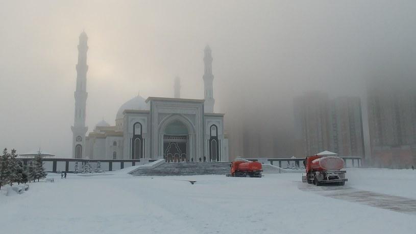 Meczet Nur-Astana i krążące tu całymi stadami pługi śnieżne /INTERIA.PL