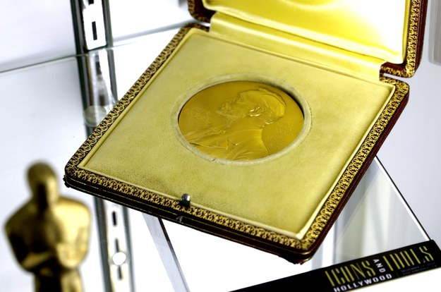 Medal wręczony laureatowi Nagrody Nobla w dziedzinie chemii Brytyjczykowi Cyrilowi Normanowi Hinshelwoodowi w 1956 roku /MIKE NELSON /PAP/EPA