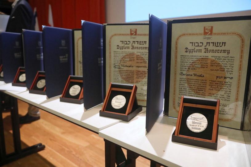 Medale zaprezentowane podczas ceremonii wręczenia medali i dyplomów Sprawiedliwi wśród Narodów Świata rodzinom kilkunastu polskich bohaterów /Wojciech Olkuśnik /PAP