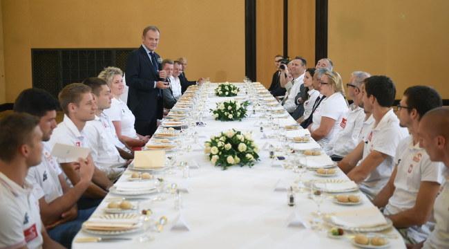 Medaliści podczas wizyty u premiera Tuska /PAP/Radek Pietruszka    /PAP