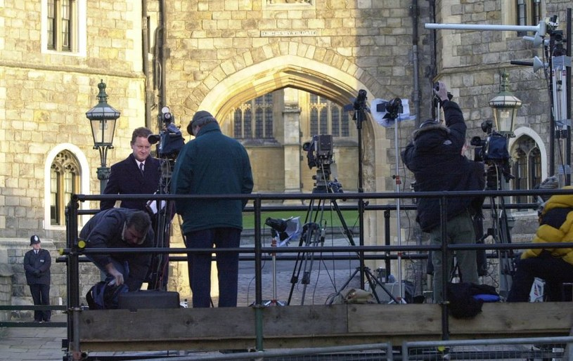 Media podczas królewskich pogrzebów zachowują należyty szacunek. Dziennikarze i operatorzy ubrani są na czarno /Getty Images
