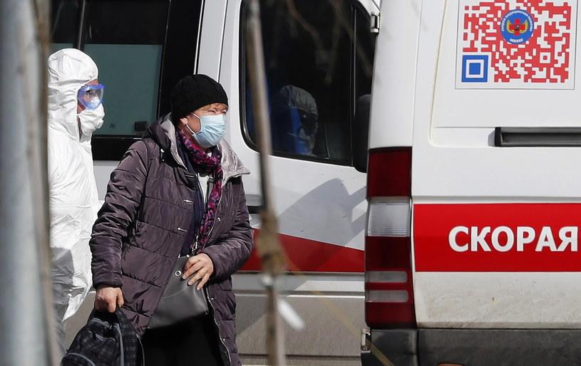 Media: W obawie przed koronawirusem rosyjscy oligarchowie wykupują respiratory /MAXIM SHIPENKOV    /PAP/EPA