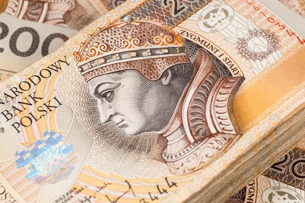 Mediana wynagrodzeń w przemyśle lotniczym w 2016 wyniosła 4700 zł. Zarobki połowy osób mieściły się w przedziale od 3520 zł do 7000 zł /123RF/PICSEL