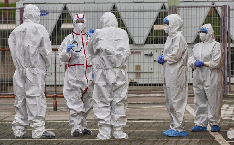 Medycy w strojach ochronnych w czasie pandemii SarS-CoV-2 /Horacio Villalobos/Corbis /Getty Images