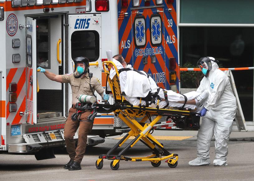 Medycy zabierają do karetki chorego na COVID-19 /John Tlumacki /Getty Images