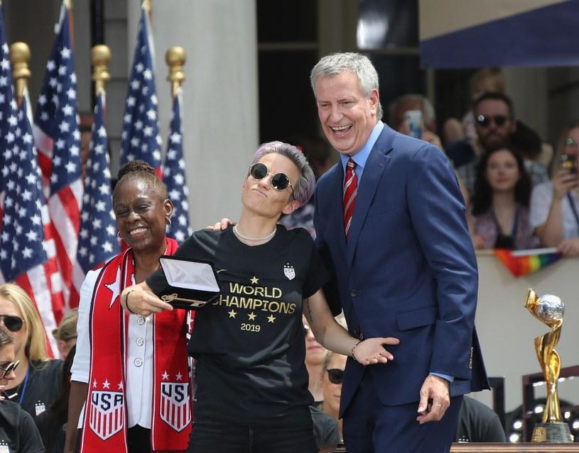 Megan Rapinoe z kluczami do miasta otrzymanymi od burmistrza Nowego Jorku Billa de Blasio /AFP