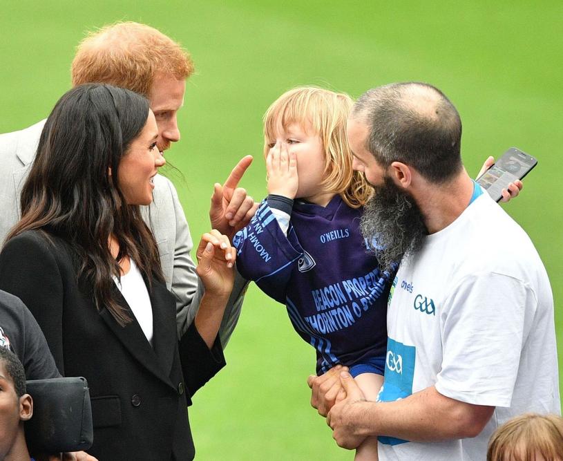 Meghan i Harry rozmawiają z chłopcem /East News