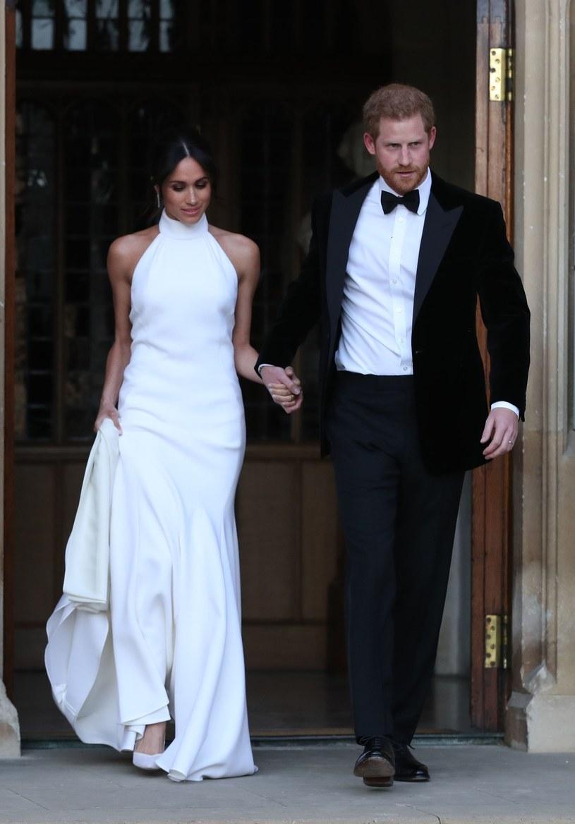 Meghan Markle i książę Harry w strojach niczym z filmów o Bondzie /East News