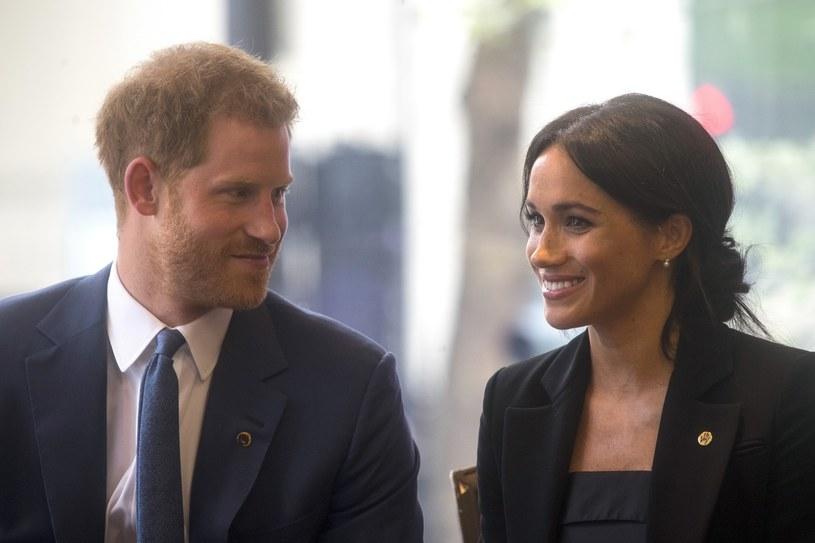 Meghan, niegdyś serialowa prawniczka, a obecnie żona brytyjskiego księcia, niezmiennie znana jest ze swej miłości do szykownych kostiumów /East News