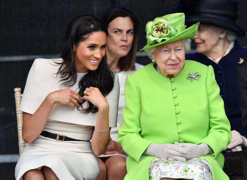 Meghan stara się, by każda jej stylizacja była zawsze dopasowana do wyglądu królowej Elżbiety, która słynie z zamiłowania do jasnych, zabawnych kolorów. /East News