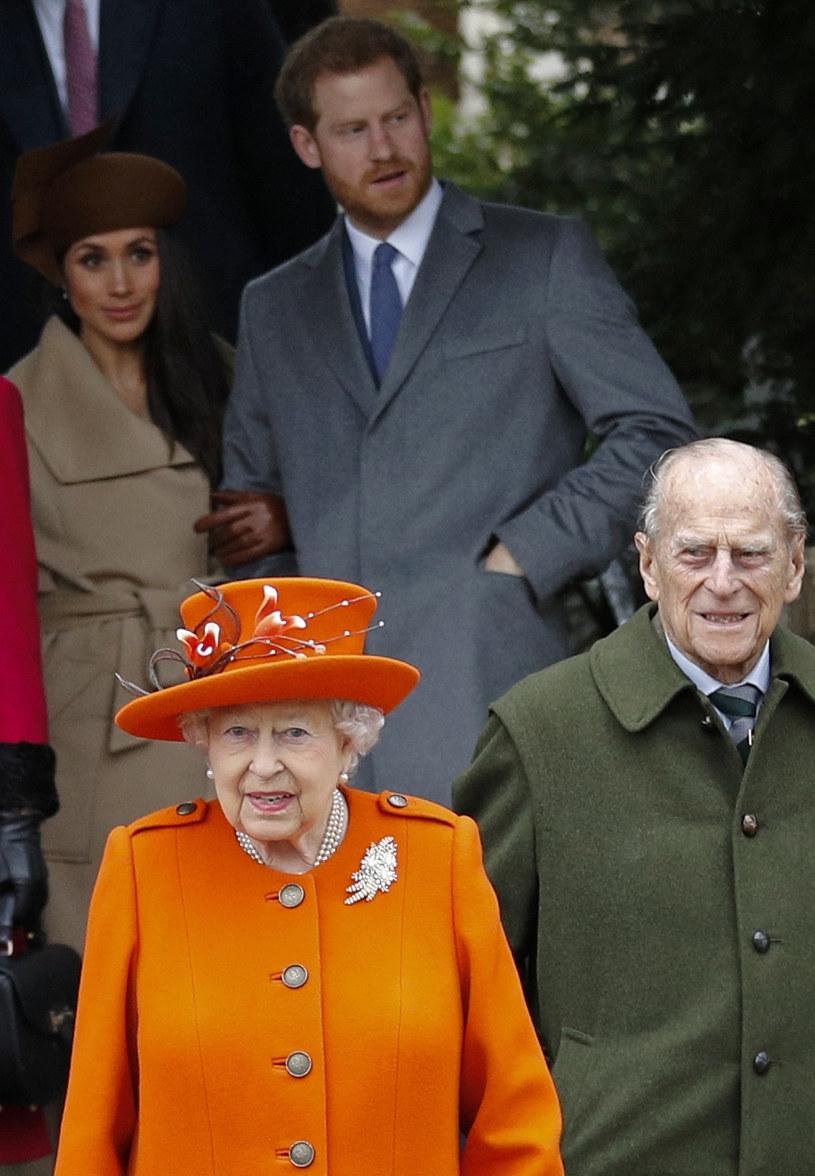 Meghan z Harrym i królowa z księciem Filipem /ADRIAN DENNIS /East News