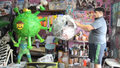 Meksykanin pokazuje zrobione przez siebie piniaty